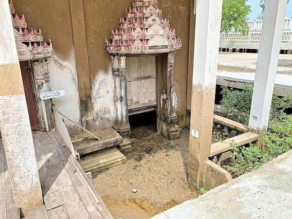 ワット・クン・サムット・チン(Wat Khun Samut Chin)本堂の侵食した土台
