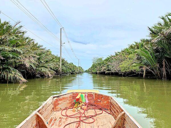 ワット・クン・サムット・チン(Wat Khun Samut Chin)へ向かうボート