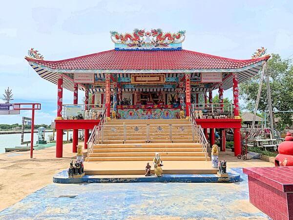 ワット・クン・サムット・チン(Wat Khun Samut Chin)近くに建つ中華系寺院