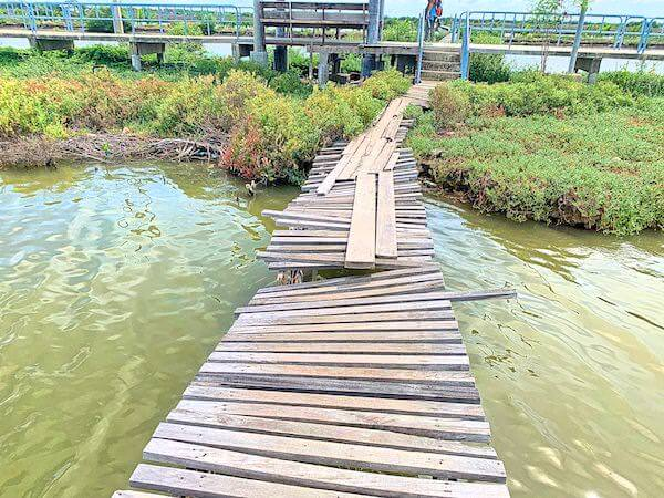 崩壊しかけている橋