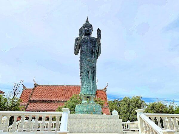 ワット・クン・サムット・チン(Wat Khun Samut Chin)の敷地内に建つ大きな仏像