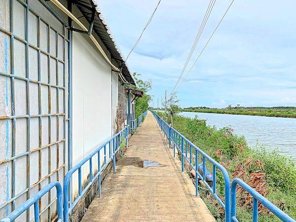ワット・クン・サムット・チン(Wat Khun Samut Chin)へ続く道
