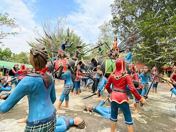ワットムアン敷地内にあるアユタヤ軍とビルマ軍の戦いを表現した像