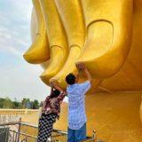 巨大仏像ルアンポーヤイの指に触れる人々