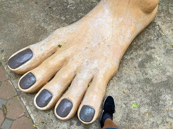 ワットムアンの地獄エリアに立つ餓鬼像の足