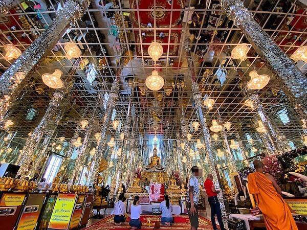 ワットムアン境内にある鏡張りの礼拝堂1