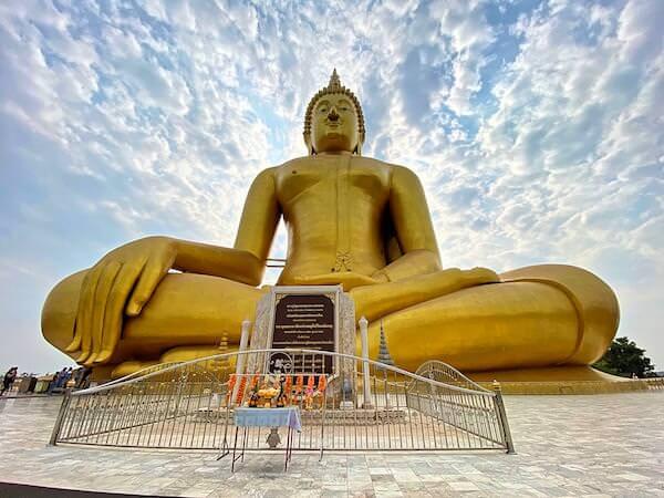 正面から見たワットムアンの巨大仏像