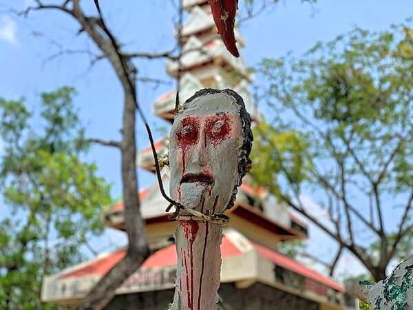 地獄寺で首を吊られている人の像