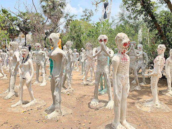 ワットパイロンウアに立つ亡者達の像