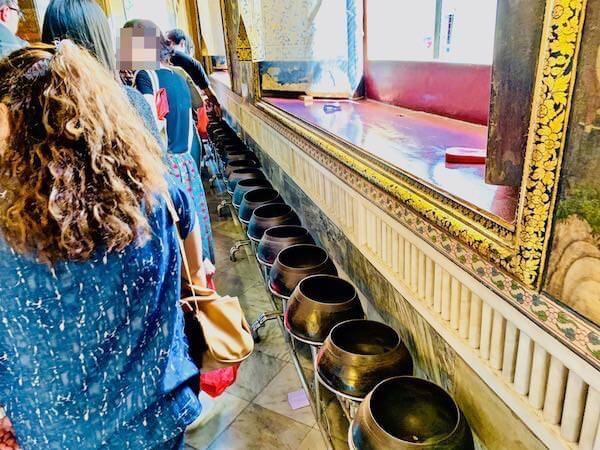 ワットポーのお堂にある108つの鉢