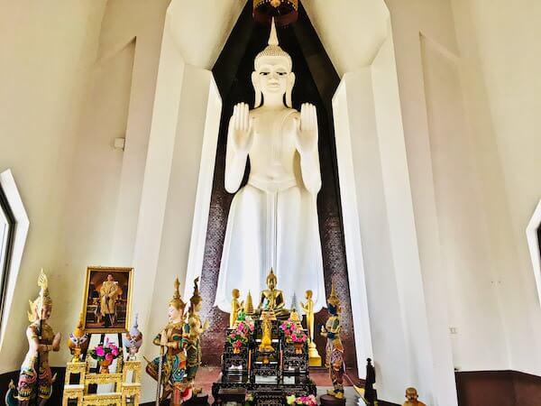 ホールの中にある大仏像