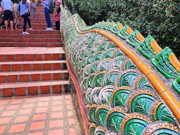 ドイステープ寺院の階段に彫刻されたナーガ