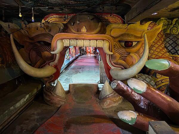 ワットプートウドムにあるラーフ神の口