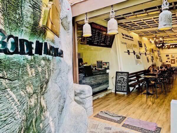 ワットサケットの階段に設置されているカフェ