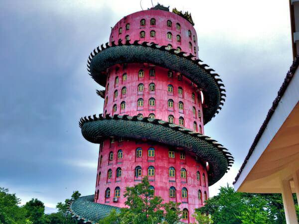 ワットサムプランの塔に巻きついている巨大な龍の全体