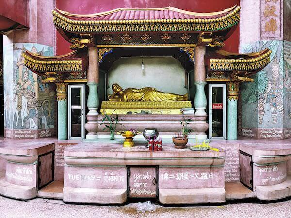 ドラゴンタワー入り口周りに安置されている仏陀