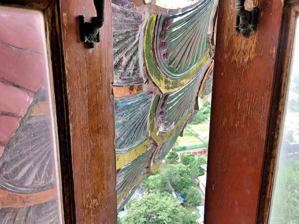 ドラゴンタワー上階から覗く龍の鱗