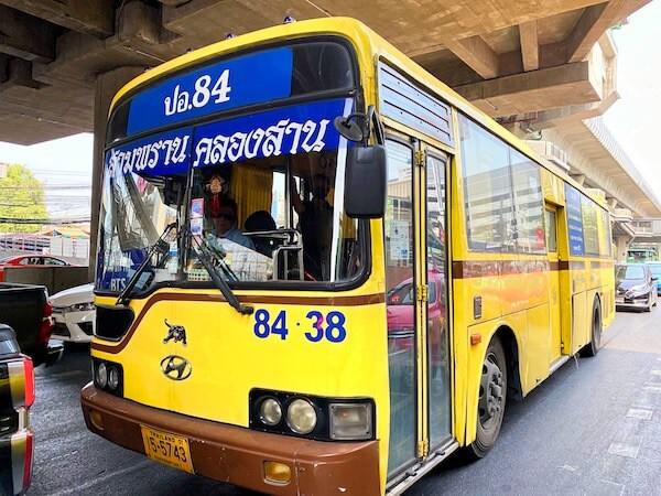 サムプラン象園へ行く黄色の84番バス
