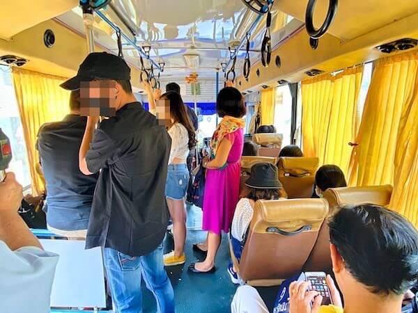 ワットサムプランへ行く黄色の84番路線バス車内