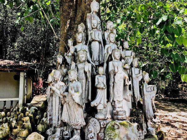 Wat Simalaisongthamの敷地内に安置されている仏像