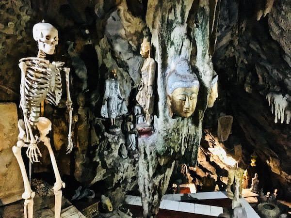 Wat Simalaisongthamの洞窟内にある骸骨