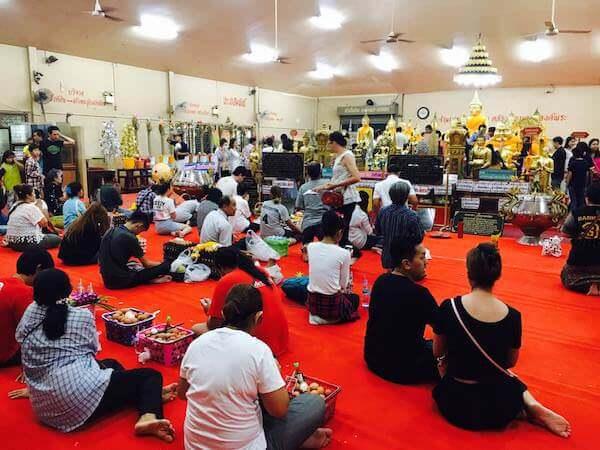 ワット ソートーン ウォラウィハーン(Wat Sothon Wararam Worawihan)でゆで卵を奉納するタイ人達