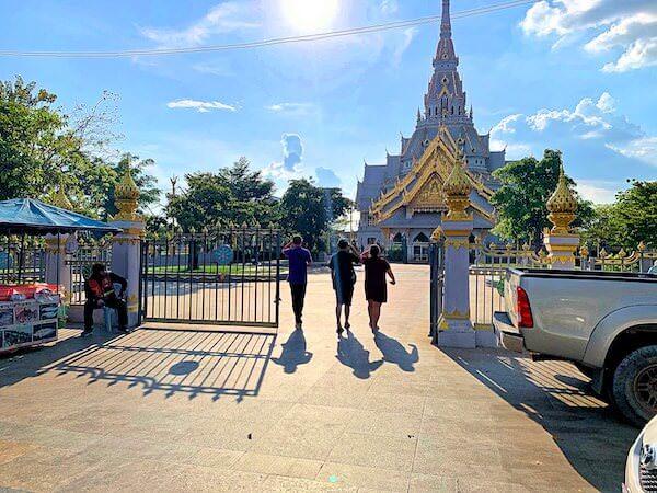 ワット ソートーン ウォラウィハーン(Wat Sothon Wararam Worawihan)の入り口