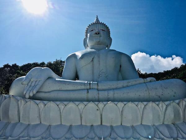 ワット テープ ピタック プンナーラーム(Wat Thep Phithak Punnaram)の頂上にある仏陀像