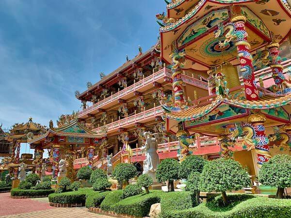 横から見たバンセンの中華寺院(Wihan Thep Sathit Phra Ki Ti Chaloem)の外観