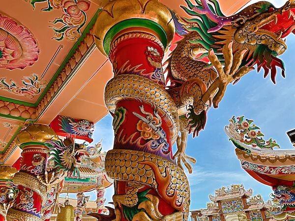 バンセンの中華寺院(Wihan Thep Sathit Phra Ki Ti Chaloem)にあるドラゴンの装飾