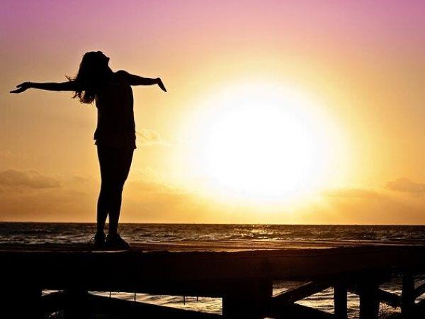 全身で夕日を浴びている女性