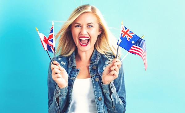 英語圏の国の国旗を持っている女性